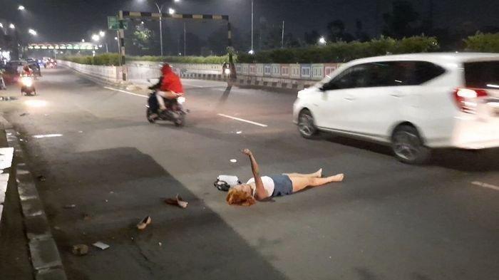 Warga Tak Berani Mendekat Seorang Wanita Tergeletak di Jalan Pasar Minggu Sambil Meracau